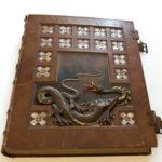 Księga pamiątkowa Archiwum Aktów Dawnych Miasta. Krakowa wykonana przezRoberta Jahodę w1915 r. (ANK, Miscellanea 29/1604/1)