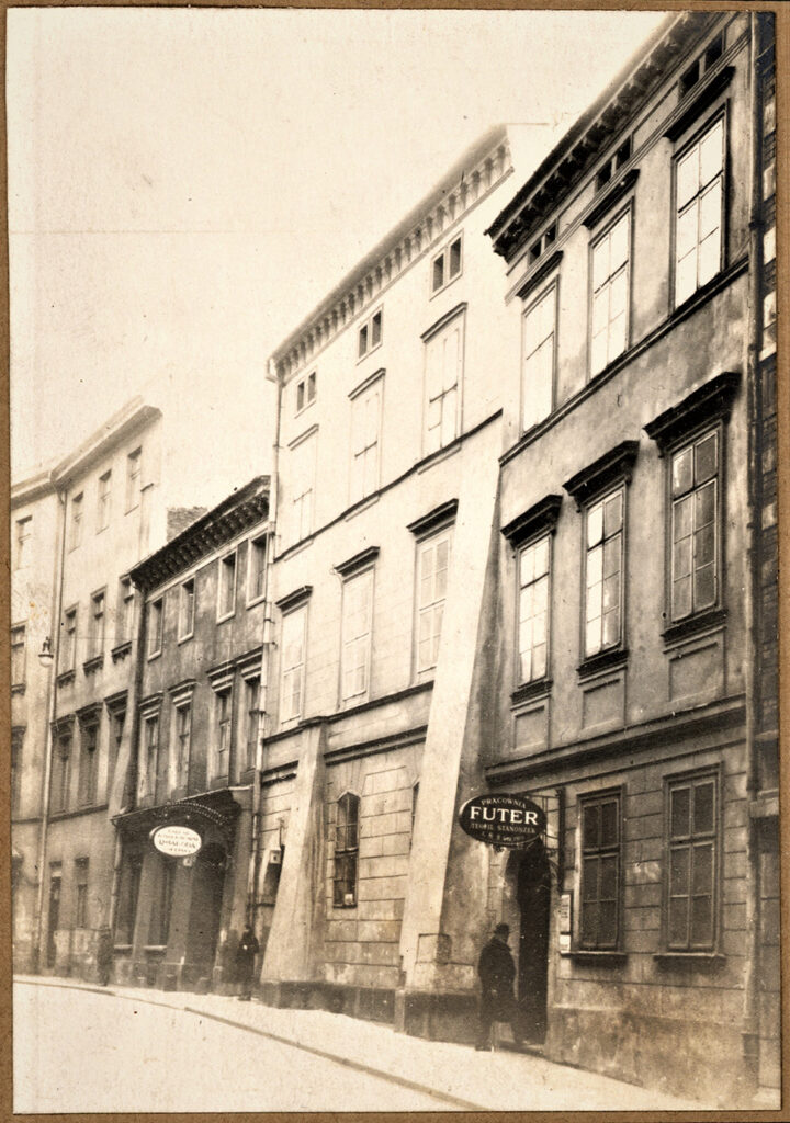 Ulica Gołębia wKrakowie. Trzecia poprawej stronie (nr4) tokamienica, wktórejod1912 roku mieścił się zakład introligatorski Roberta Jahody, ok. 1912 r., ANK, Firma introligatorska R. Jahoda wKrakowie, sygn. 29/648/2