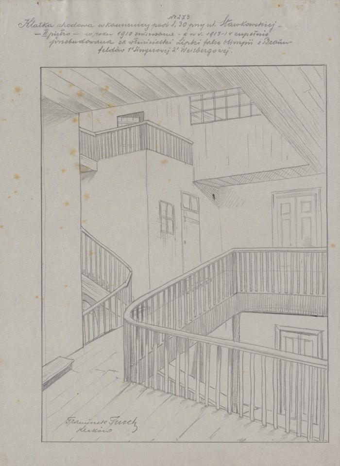 Rysunek ołówkiem przedstawiający fragment sieni iklatki schodowej naII piętrze kamienicy przy ul.Sławkowskiej 30. Wgórnej części rysunku odręczna adnotacja artysty ołówkiem: klatka schodowa wkamienicy l. 39 przy ul.Sławkowskiej – II piętro – wroku 1910 zniszczona wr. 1913-14, zupełnie przebudowana zawłaścicielki Lipki false Olimpii zBraumfeldów 1° Singerowej 2° Weisbergowej