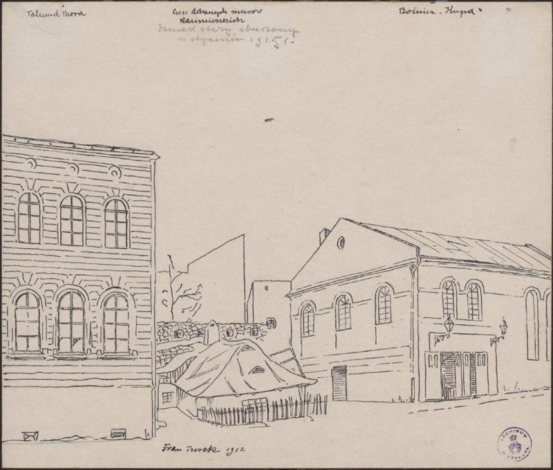 Rysunek tuszem przedstawiający odlewej fragment elewacji szkoły Talmud Tora, parterowy dom natle kamiennego muru isynagogę Kupa. Wgórnej części rysunku odręczna adnotacja artysty tuszem: część dawnych murów kazimierskich