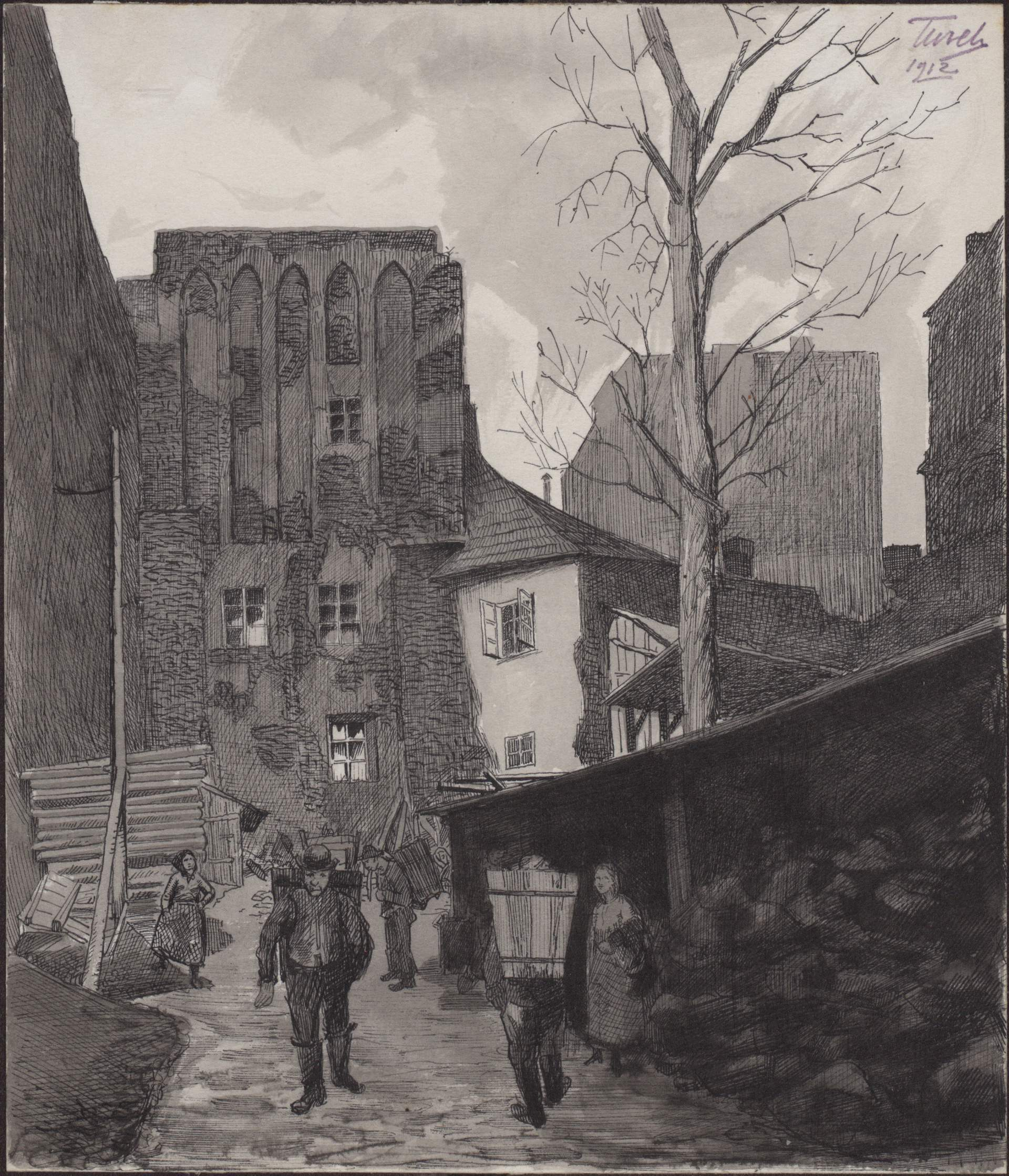 Rysunek czarnym tuszem przedstawiający podwórko przy ul.św.Krzyża 4, poprawej stronie skład węgla, napierwszym planie robotnic zdrewnianymi koszami nawęgiel, noszonymi naplecach