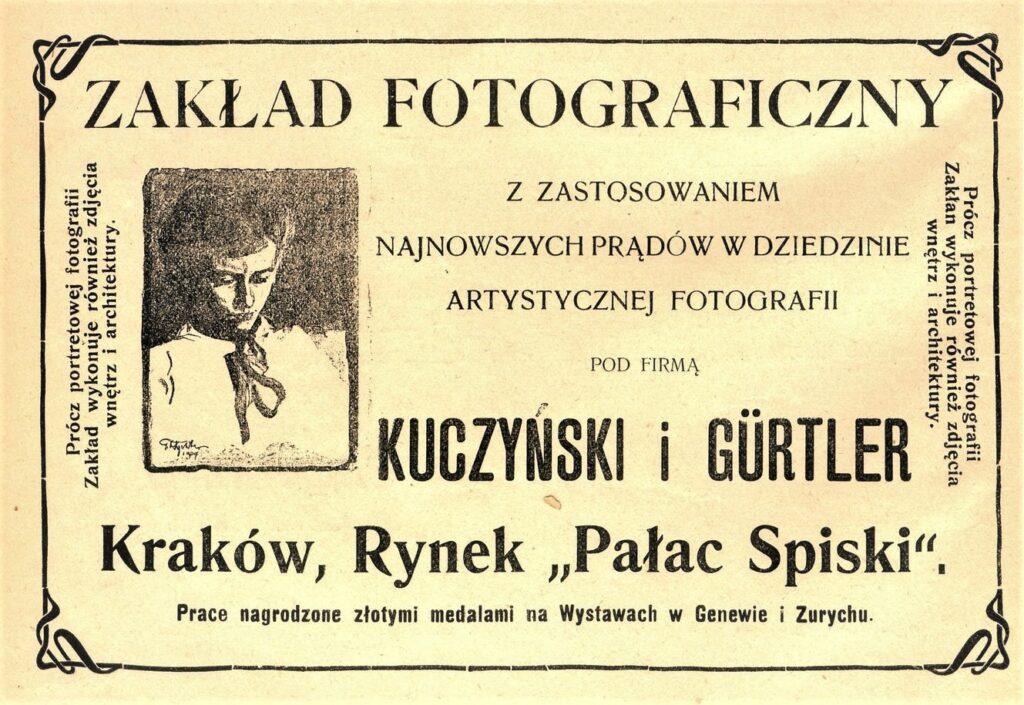 Litografia czarno-biała przedstawiająca reklamę Zakładu fotograficznego Józefa Kuczyńskiego iAntoniego Gürtlera wPałacu Spiskim, polewej stronie portret kobiety wgrysunku Tadeusza Rychtera