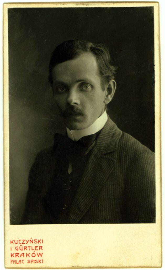 Fotografia czarno-biała, portret atelierowy przedstawiający mężczyznę wśrednim wieku