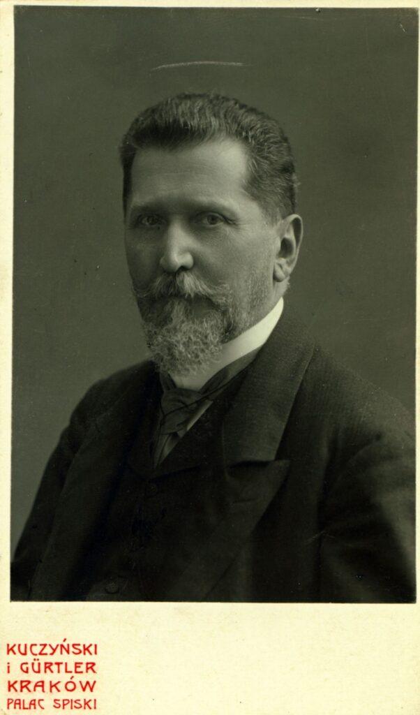 Fotografia czarno-biała, portret atelierowy przedstawiający starszego mężczyznę