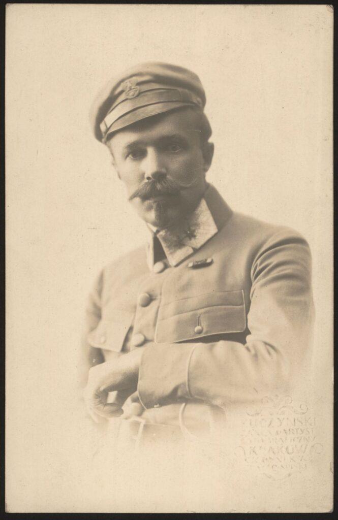 Fotografia czarno-biała, portret atelierowy przedstawiająca mężczyznę wwojskowym mundurze irogatywką nagłowie