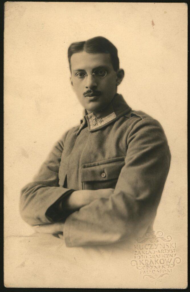 Fotografia czarno-biała, portret atelierowy przedstawiająca młodego mężczyznę wwojskowym mundurze