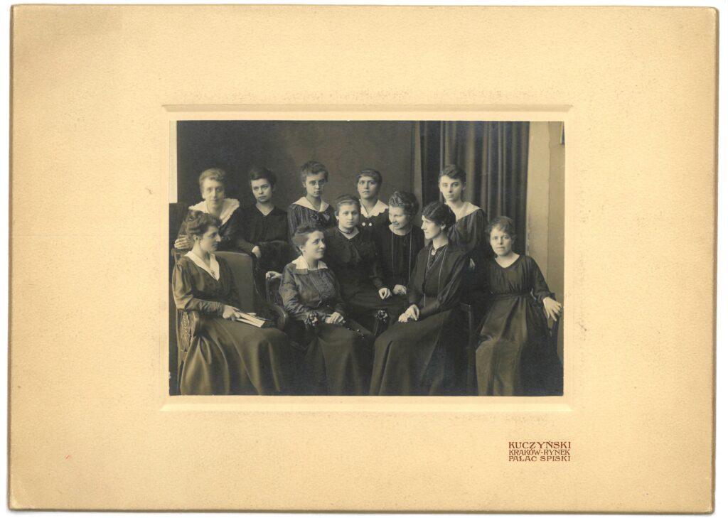 Fotografia czarno-biała, portret atelierowy przedstawiający jedenaście kobiet, ustawionych wdwóch rzędach