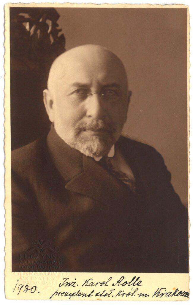 Fotografia czarno-biała, portret atelierowy przedstawiający starszego mężczyznę wokularach. Podfotografią odręczny podpis: Inż.Karol Rolle prezydent stoł. Król. m. Krakowa 1930