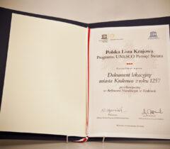 Fotografia certyfikatu UNESCO potwierdzającego wpis Dokumentu Lokacyjnego Miasta Krakowa naPolską Krajową Listę Programu.